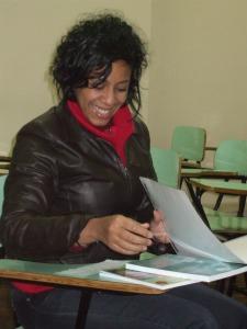 Durante o encontro, materiais produzidos pelo NEA foram entregues à professora. Foto: Jessica Mello.